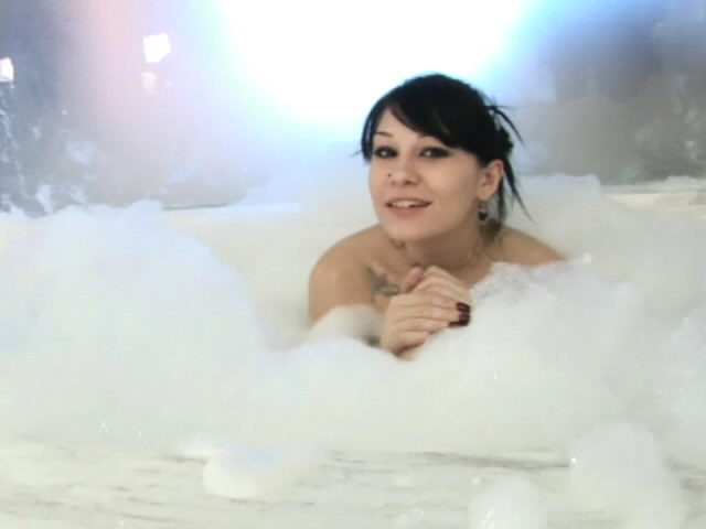 Inked Dark-haired Honey Jennique Invinting Us In Her Bouncy Tub